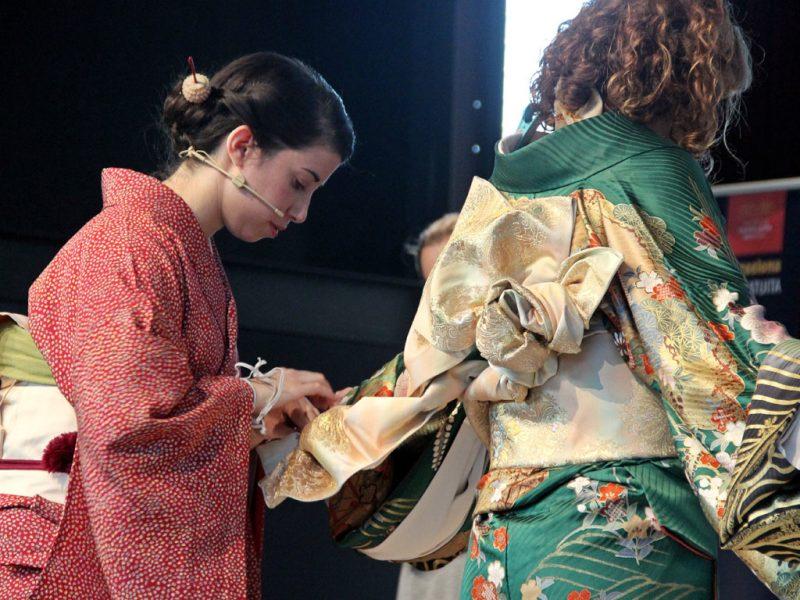 Exhibición de vestir el kimono en Bunbu